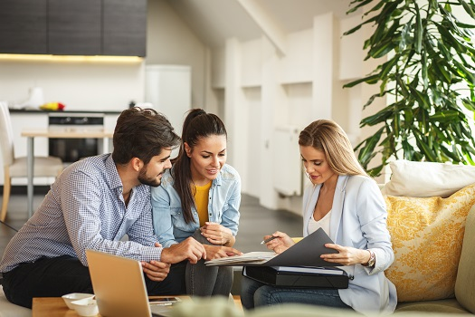 Should I Hire a Flat-Fee Service or Traditional Selling Agent to Sell My Home?